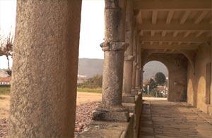 Vista de una de las galerias del claustro medieval del Monasterio de San Benito de Lérez, Pontevedra, España. Su nombre oficial es San Salvador y en la región le llaman San Benitiño