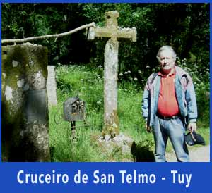Eduardo Aldiser peregrinando en 2014 por el Camino Portugués de Santiago, frente al cruceiro que recuerda el lugar donde enfermó de muerte San Telmo, en 1251