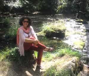 Sandra del Zotto, periodista argentina, con el fondo de paisajes gallegos en la zona de Arteixo, A Coruña, Galicia, España, donde vive