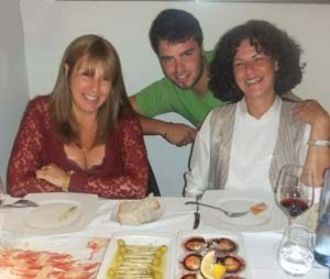 Sandra del Zotto, periodista argentina residente en Arteixo, La Coruña, junto a su hermana Silvia y a Lionel, su hijo