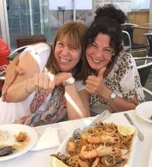 Sandra del Zotto, periodista argentina, junto a Silvia en una visita de esta última a Arteixo, La Coruña, Galicia, España