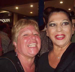 La escritora y periodista argentina Stella Maris Latorre junto a la actriz española Carmen Flores, en Mar del Plata, Argentina