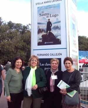 Stella Maris Latorre, escritora argentina, en la Feria Internacional del Libro de Buenos Aires, Argentina, junto a amigas