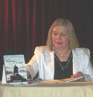 La escritora argentina Stella Maris Latorre durante la firma de ejemplares de su novela El sastre de Lugo