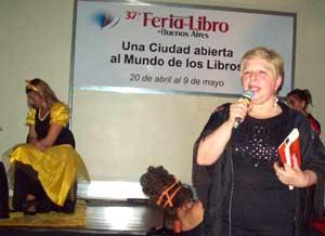 La escritora argentina Stella Maris Latorre presentando un espectáculo cultural de su producción en la 37ª Feria del Libro de Buenos Aires, Argentina