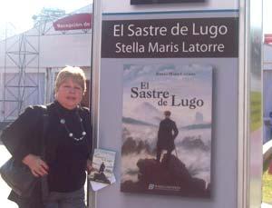 La escritora argentina Stella Maris Latorre en la Feria Internacional del Libro de Buenos Aires, Argentina, presentando su obra El sastre de Lugo