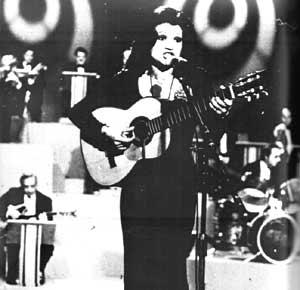 Susana Campos, cantante argentina de tango y folklore, cantando en un programa de Antonio Carrizo, Canal 9 de Televisión, Buenos Aires, Argentina