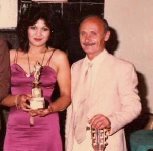 La cantante argentina Susana Campos recibiendo uno de los muchos premios obtenidos durante su etapa como cancionista en Argentina