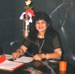 Susana Campos, cantante y locutora argentina, haciendo un programa de radio en la ciudad de San Martín, Provincia de Buenos Aires, Argentina