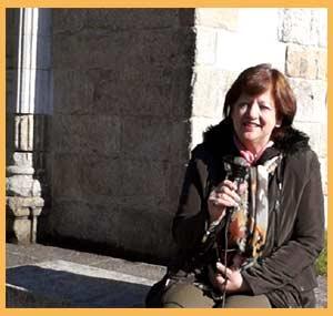 Susana Maceiro, escritora argentina, entrevistada por Eduardo Aldiser junto a la Capilla del Hospital en el puerto de Cangas do Morrazo, Provincia de Pontevedra, Galicia, España, a la vera de la ría de Vigo
