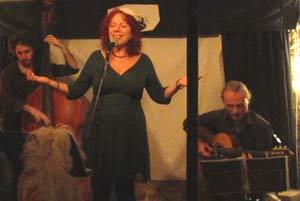 La cantante argentina Susana Negri cantando un tango en Barcelona