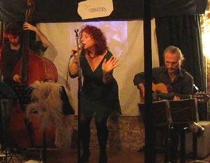 Susana Negri, pintora y cantante argentina, durante una actuación suya en Europa