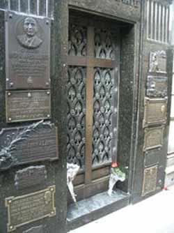 Mausoleo en el cementerio de la Recoleta, Buenos Aires, Argentina, donde reposan los restos de Eva Duarte de Perón, Evita.