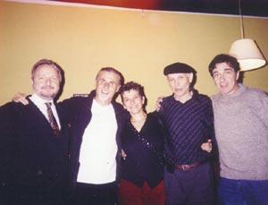 A la izquierda el escritor rosarino José Alberto Vatalaro, Buqui, con Alberto Bono (el cuarto por la izquierda) y el elenco al completo del espectáculo María de Buenos Aires