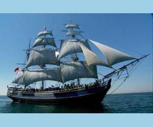 Vista de un barco de vela con sus vergas y su carajo