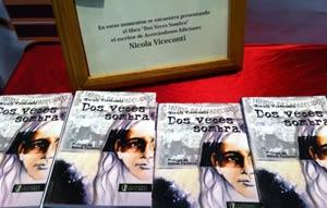 """El libro """"Dos veces sombra"""" de Nicola Viceconti, escritor italiano, expuesto en le Feria del Libro de la ciudad de Buenos Aires, capital de la República Argentina"""
