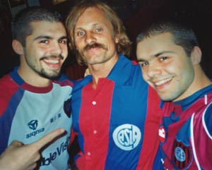 Los dos hijos de Gustavo Adolfo Gandulfo, argentinos y residentes en España, flanqueando a Viggo Mortensen