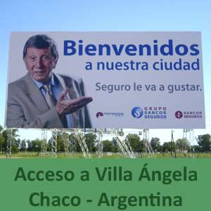 Cartel de bienvenida a Villa Ángela, provincia de Chaco, Argentina, con la presencia de su gran figura local, el humorista criollo Luis Landriscina