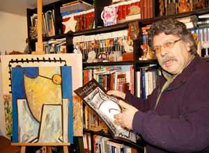 El artista plástico español residente en Vigo, Xavier Magalhaes, en su estudio