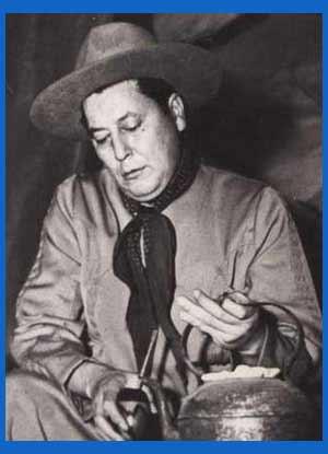 Don Ata, el popular folklorista, poeta, compositor argentino Athualpa Yupanqui, mateando en Cerro Colorado, Córdoba
