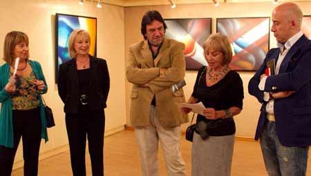 Acto de inauguración de la muestra de la artista plástica argentina Adriana Zapizek, segunda por la izquierda