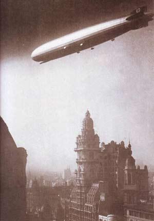 Fotografía de época con el Zeppelin llegando a Buenos Aires. Sobrevuela el Palacio Barolo, por entonces el edificio más alto de la capital de Argentina